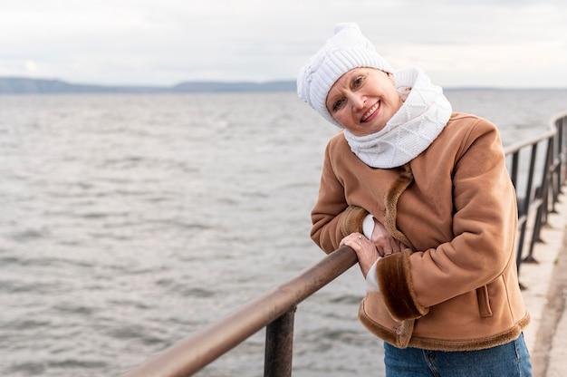 海辺で正面シニア女性