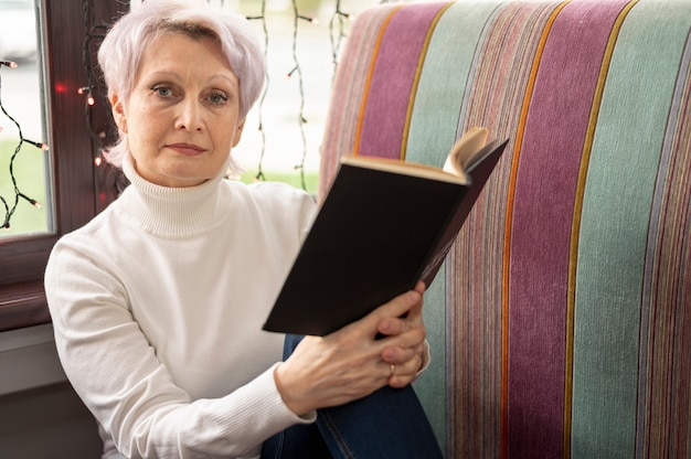 Женщина чтения угла высокая старшая