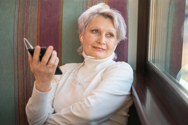 Высокий угол женщина с телефоном в руке