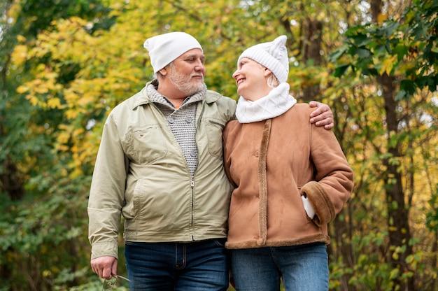 Пожилая пара гуляет вместе