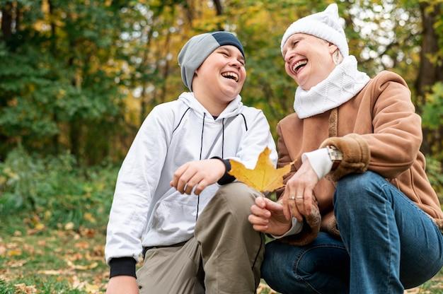 Старшая женщина с внуком в парке