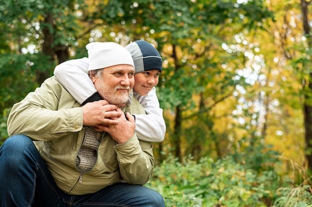 秋の公園で孫とおじいちゃん