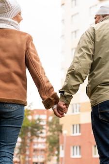 Низкий угол старшие пары, держась за руки