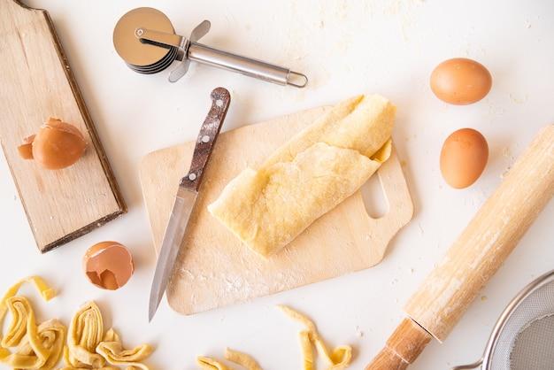 Вид сверху макаронное тесто с ингредиентами