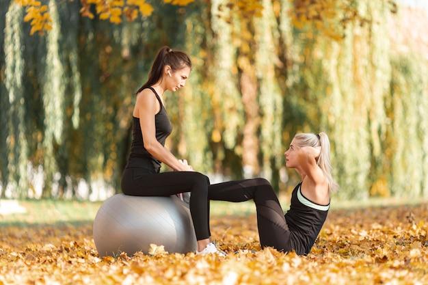 腹筋を行う運動の美しい女性