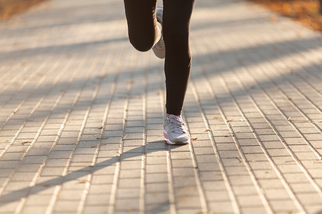 外を走る正面の女性の足
