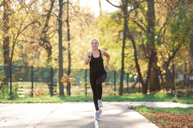 外を走っている美しい女性