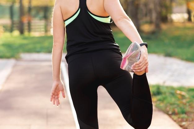 Вид сзади тело делает упражнения на растяжку