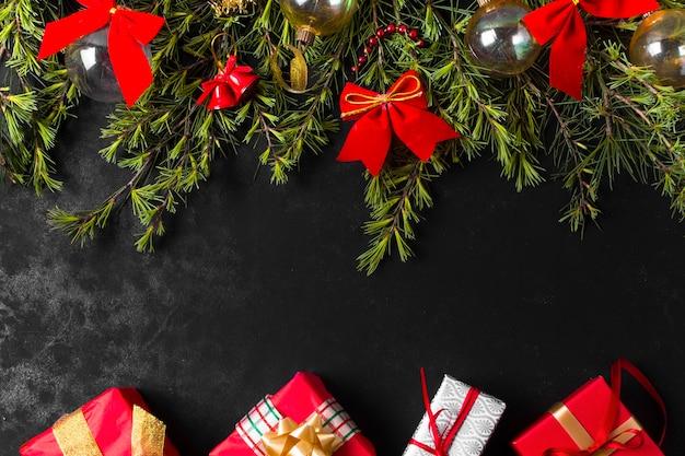 Праздничная рождественская композиция с бантами