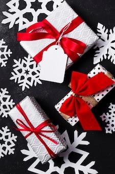 異なるカラフルなクリスマスプレゼントの上から見た配置
