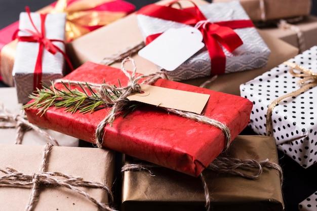 さまざまなカラフルなクリスマスプレゼントの高角度配置