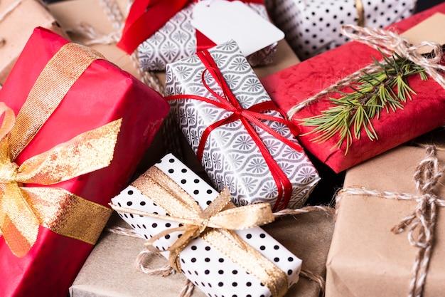Высокий угол расположения различных красочных рождественских подарков