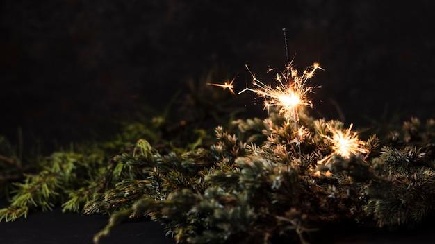 黒の背景を持つハンドヘルド花火