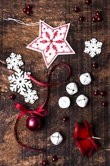 Рождественские украшения на деревянном фоне