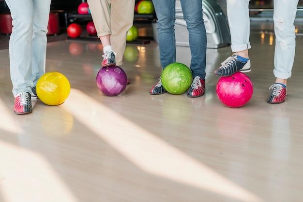 カラフルなボウリングボールを持つ人々