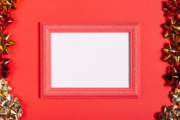 Ретро красная рамка с елочными украшениями