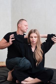Пара пытается терапии тела в спа