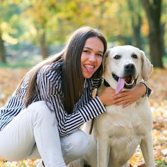 Молодая женщина с ее прекрасной собакой