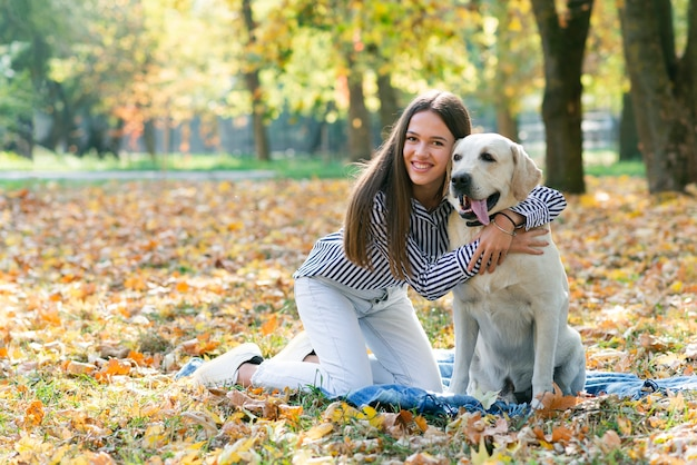 彼女の子犬を保持している美しい女性