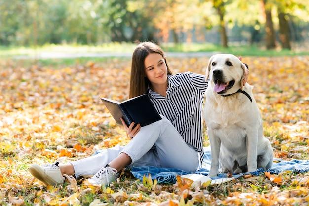 美しい女性が彼女の犬をかわいがる
