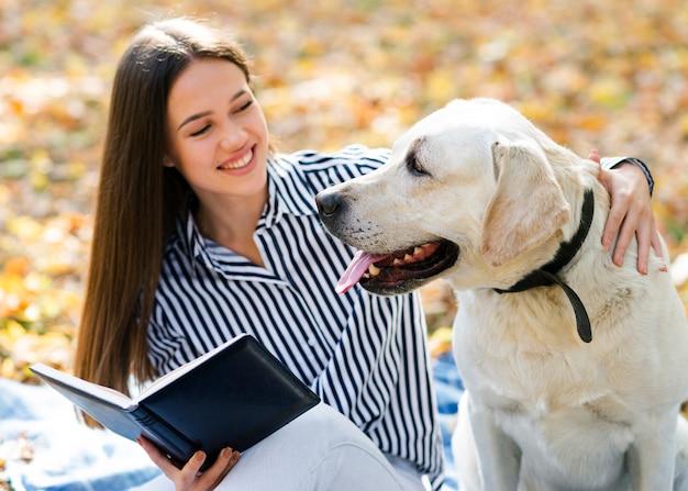 彼女のかわいい犬とスマイリー女性