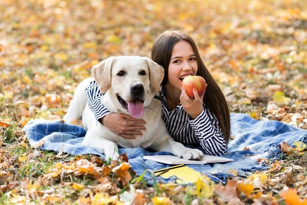 Женщина и собака вместе в парке
