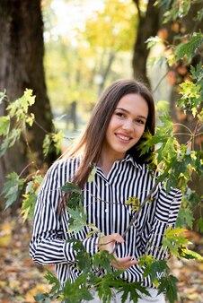 Портрет красивой женщины в парке