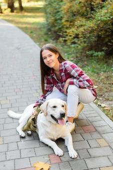 Красивая женщина гладит свою собаку