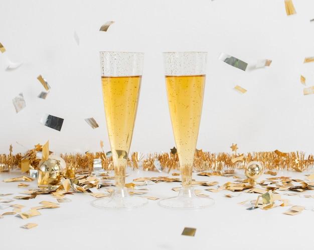 装飾とシャンパンのグラス