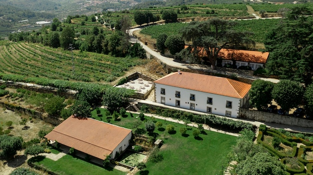 田園風景と大きな邸宅の空撮