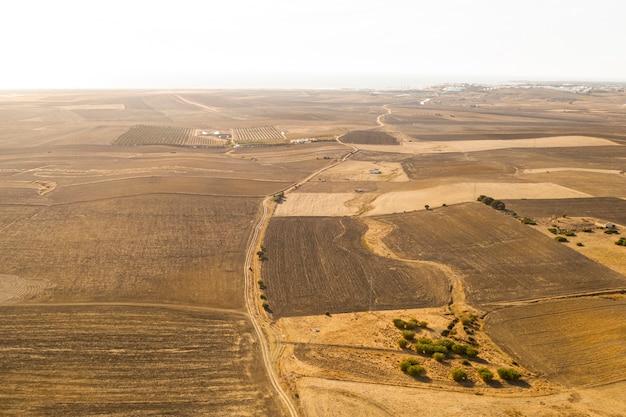 Высокий вид засохших равнин, взятых дроном