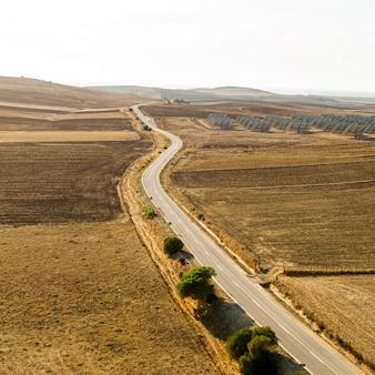 ハイビューの長い道路とドローンが撮影した平野