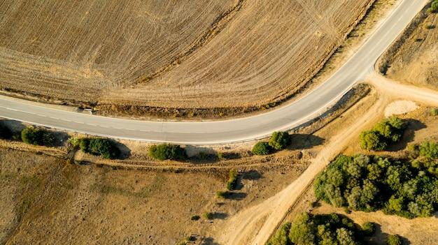 曲がった道の道の空撮