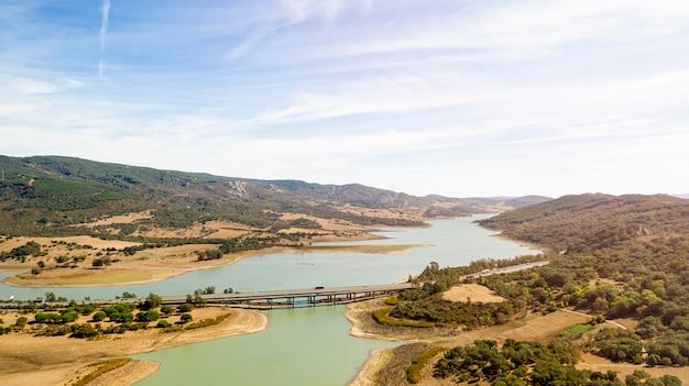 Красивый природный ландшафт с мостом, занятым дроном