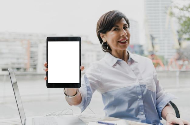 モックアップタブレットを保持している女性