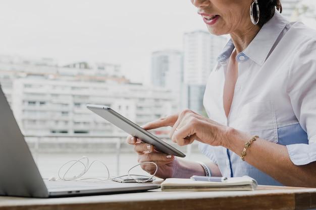 Женщина держит планшет в своем офисе