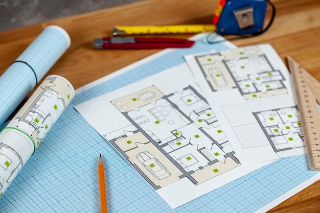 机の上の高角度の家プロジェクト