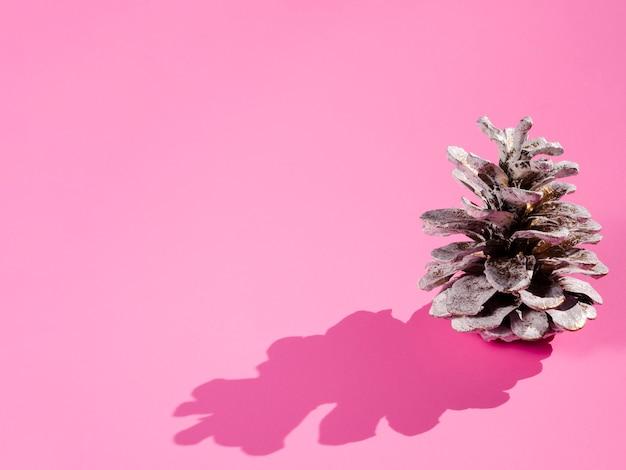 ピンクの背景に影付きコーン