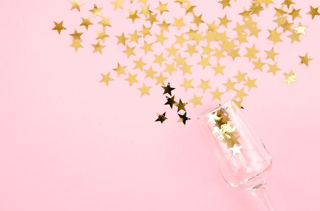 Вид сверху бокал для шампанского со звездами