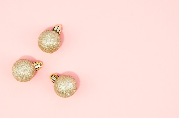 Набор новогодних шаров с розовым фоном