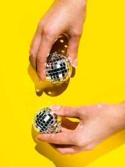 Макро руки, держа диско глобусы