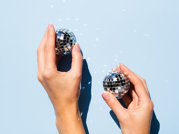 Вид сверху серебряные диско-глобусы
