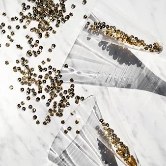 金色のキラキラとトップビューグラス
