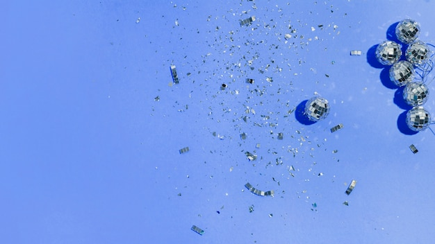 Плоские лежали елочные шары и блестки на синем фоне