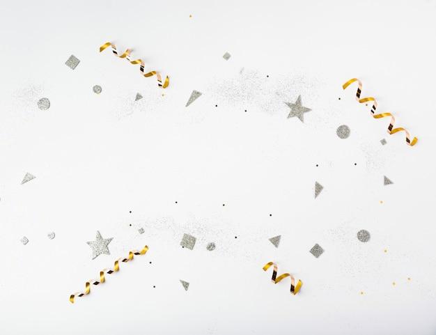 金と銀のキラキラと新年パーティーのリボン