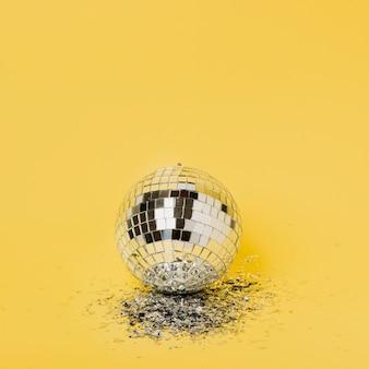 Крупным планом рождественский серебряный шар с копией пространства