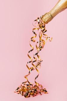 シャンパンと金色のリボンのボトル
