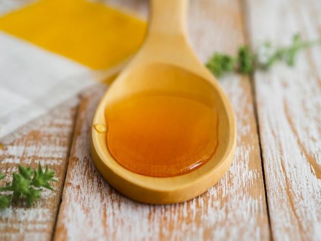 スプーンの甘い蜂蜜をクローズアップ