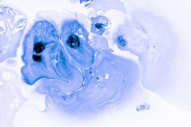 青いアクリル絵の具のしぶき