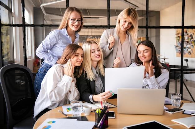Команда деловых женщин в офисе